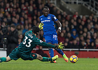 Football - 2017 / 2018 Premier League - Arsenal vs. Everton<br /> <br /> Oumar Niasse (Everton FC ) squres the ball across the Arsenal box as Petr Cech (Arsenal FC) stretches to block the cross at The Emirates.<br /> <br /> COLORSPORT/DANIEL BEARHAM