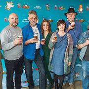 NLD/Amsterdam/20190402 - Persdag Heinz, Ruben van der Meer, Ilse Warringa, Burny Bos, striptekenaars Eddie de Jong en René Windig aan het bier