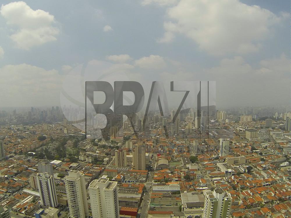 SAO PAULO, SP, 06/10/2013, CLIMA TEMPO. O domingo (6) começou com muitas nuvens, foto aerea na região da Mooca. LUIZ GUARNIERI/ BRAZIL PHOTO PRESS.