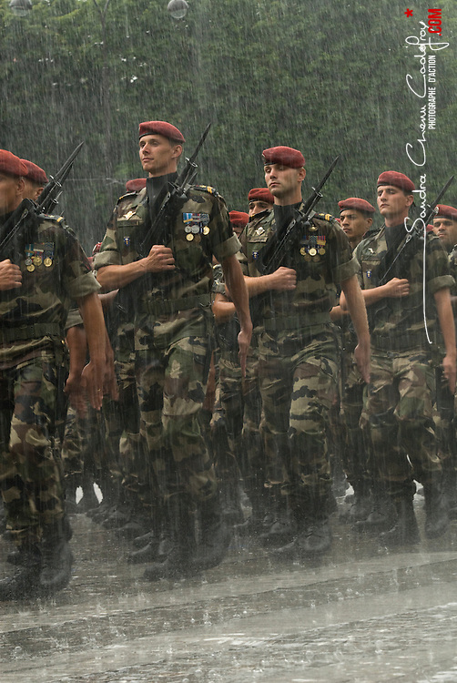 Pr&eacute;paratifs et d&eacute;fil&eacute; sous la pluie du 14 juillet 2010 sur les champs Elys&eacute;es, avec pour invit&eacute;s d'honneur les pays africains.<br /> Juillet 2010 / Paris (75) / FRANCE<br /> Voir le reportage complet (70 photos)<br /> http://sandrachenugodefroy.photoshelter.com/gallery/2010-07-Ceremonies-du-14-juillet-a-Paris-Complet/G00007_GFumdgZGA/C0000yuz5WpdBLSQ
