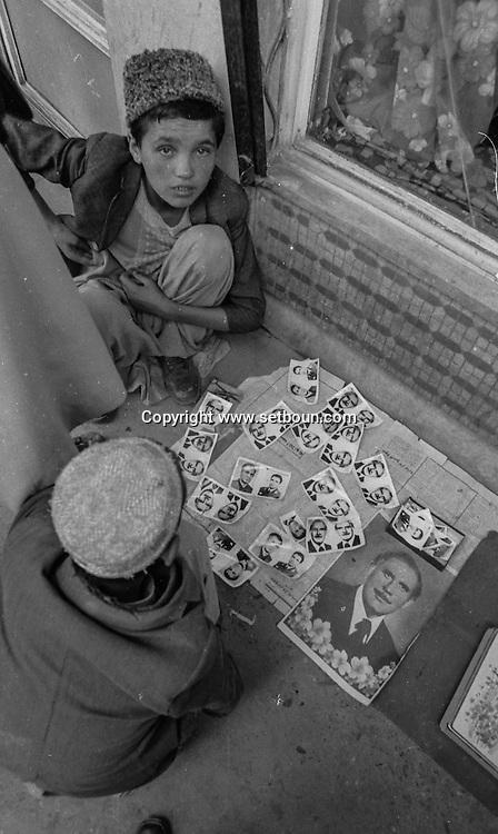After the coup d etat of the communist party against daoud; / the photos of the new leaders are on sale in the streets  Kabul  Afghanistan   /  / apres le coup d etat du parti communiste contre Daoud / les photos des nouveaux dirigeants sont en vente dans la rue  Kaboul  Afghanistan  / NB 26700 25 / L0055669 / L0055642