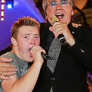 NLD/Bergen op Zoom/20110621 - TROS Muziekfeest op het Plein, Lee Towers met fan uit publiek