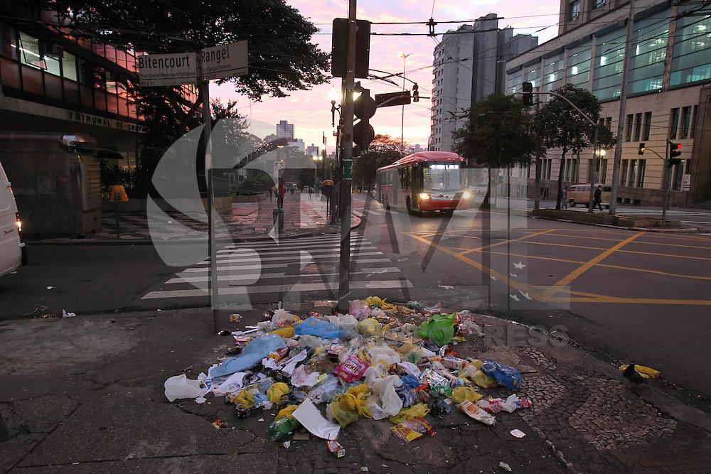SAO PAULO, SP, 08/04/2013, LIXO. A calçada da Av. Rangel Pestana altura do nº 301 no centro de São Paulo estava com lixo espalhado, complicando a passagens dos pedestres no inicio na manhã  dessa segunda-Feira (8), LUIZ GUARNIERI/BRAZIL PHOTO PRESS.