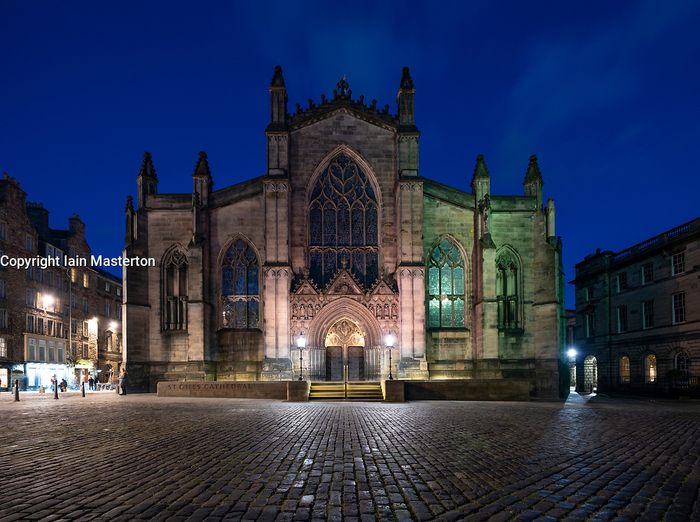 Night view of St Giles Cathedral on the Royal Mile in Edinburgh Old Town, Scotland, UK