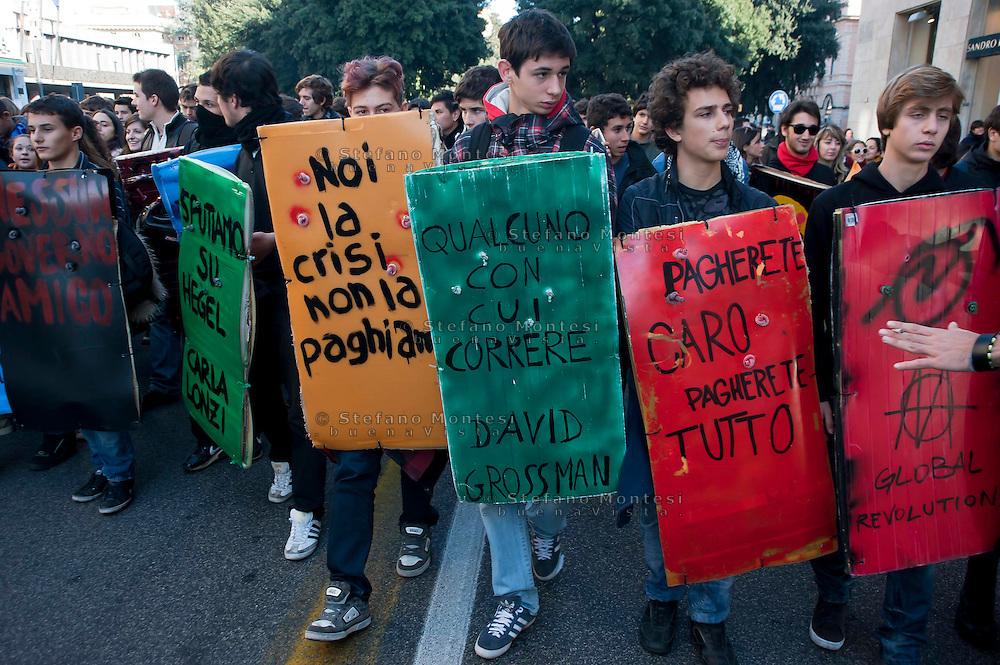 Roma 17 Novembre 2011.Manifestazione degli  studenti medi e universitari, contro il governo Monti ..I book-block..
