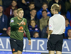 READING, ENGLAND - Tuesday, September 22, 2015: Everton's Gerard Deulofeu argues with referee Keith Hill during the Football League Cup 3rd Round match against Reading at the Madejski Stadium. (Pic by David Rawcliffe/Propaganda)