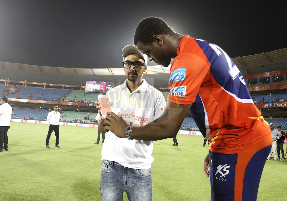 Delhi Daredevils player Carlos Brathwaite signs the Freecharge phone during the presentation of the match 52 of the Vivo Indian Premier League ( IPL ) between the Delhi Daredevils and the the Sunrisers Hyderabad held at the Shaheed Veer Narayan Singh International Cricket Stadium, Naya Raipur, India on the 20th May 2016<br /> <br /> Photo by Vipin Pawar / IPL/ SPORTZPICS