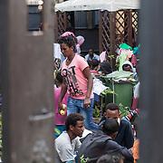 Quasi 800 profughi di cui più di 100 bambini vengono ospitati nella struttura di accoglienza Baobab di Via Cupa a Roma. La struttura può accogliere circa 220 migranti. Semplici cittadini e il gruppo SEL hanno raccolto generi alimentari da distribuire agli all'interno della struttura. Donne e uomini nel cortile centro Baobab.