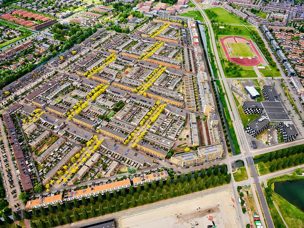 Nederland, Utrecht, Utrecht; 14–05-2020; stadsdeel Leidsche Rijn, de wijk Terwijde. De Rijnkennemerlaan, Leidsche Rijn College. en Amaliapark, Parkwijk.<br /> Leidsche Rijn district, the Terwijde district in the foreground. De Rijnkennemerlaan.<br /> luchtfoto (toeslag op standaard tarieven);<br /> aerial photo (additional fee required)<br /> copyright © 2020 foto/photo Siebe Swart