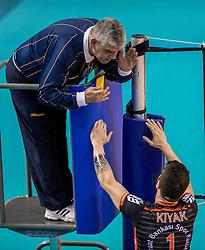 15-02-2017 NED: Draisma Dynamo - Ziraat Bankasi Ankara, Apeldoorn <br /> CEV Volleyball Challenge Cup 2017 / Scheidsrechter geeft Ankara de gele kaart, discussie, item