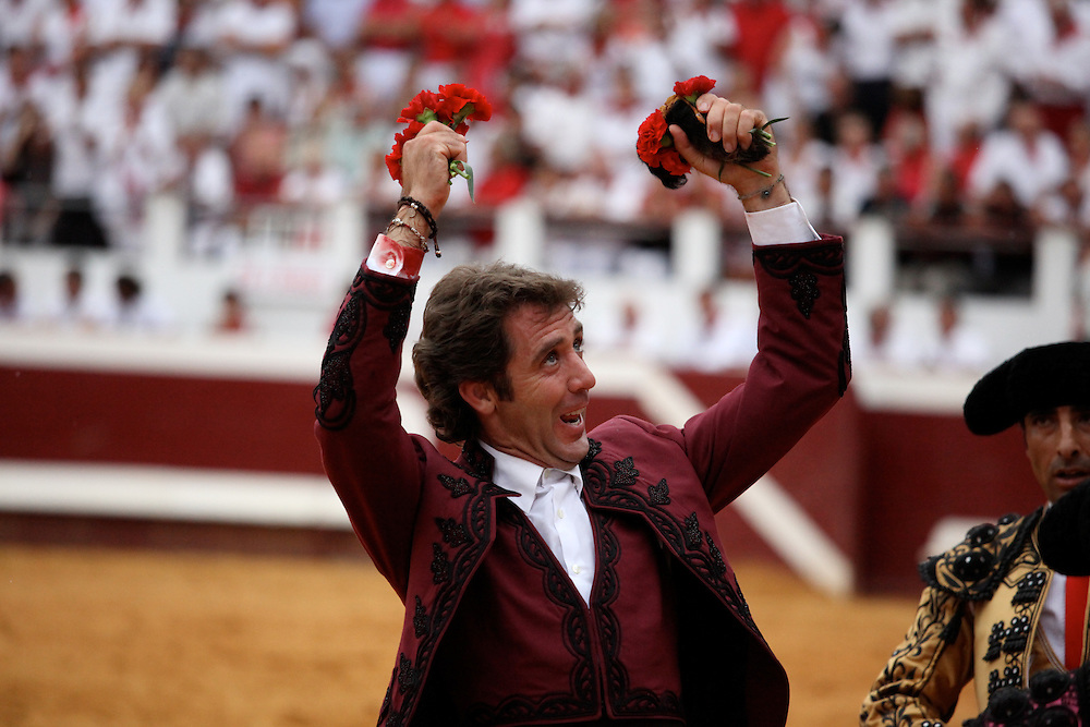 Pablo Hermoso de Mendoza, Corrida de Rejon. Holds a bulls ear (an award) and flowers in his hands.