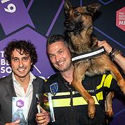 NLD/Amsterdam/20190613 - Inloop uitreiking De Beste Social Awards 2019, Jesse Klaver en politie hond Bumnper met hun prijzen