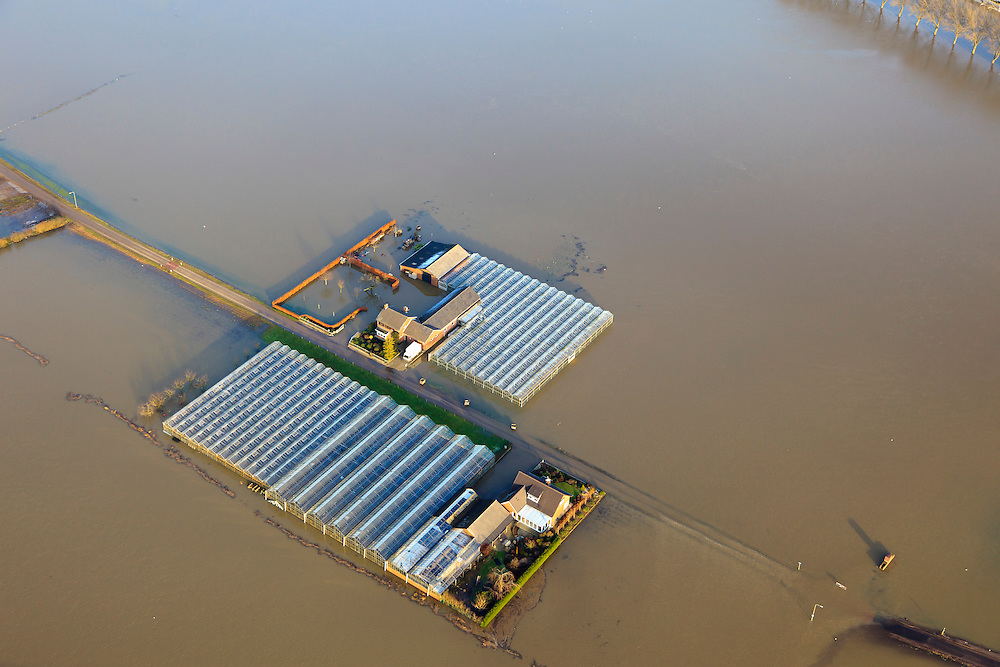 Nederland, Limburg, Gemeente gemeente Peel en Maas, 10-01-2011; hoogwater Maas, omgeving Baarlo (ten zuiden van Venlo). Ondergelopen landerijen, geisoleerde boerderijen. Het hoogste niveau is nog niet bereikt, de hoogwatergolf zal het niveau nog verder doen stijgen.Het hoogwater is een gevolg van sneeuwsmelt en neerslag in de bovenloop van de rivier. .Meuse flood, Baarlo area (south of Venlo). Flooded fields, isolated farms. The highest level is not yet reached, the flood wave will bring even higher levels. The  flood is the result of snow melt and precipitation in the upper river..luchtfoto (toeslag), aerial photo (additional fee required).© foto/photo Siebe Swart