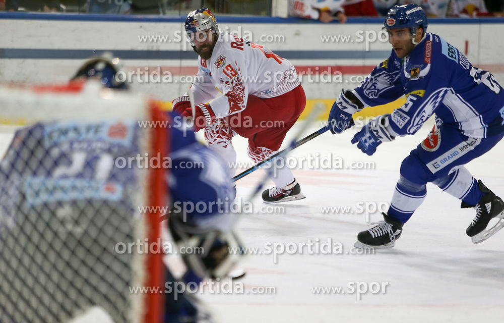 04.03.2020, Eisarena, Salzburg, AUT, EBEL, EC Red Bull Salzburg vs EC VSV, Viertelfinale, 1. Spiel, im Bild v.l. Brandon Maxwell (EC Panaceo VSV), Michael Schiechl (EC Red Bull Salzburg), Mark Anthony Cundari (EC Panaceo VSV) // during the Erste Bank Icehockey 1st quarterfinal match between EC Red Bull Salzburg and EC VSV at the Eisarena in Salzburg, Austria on 2020/03/04. EXPA Pictures © 2020, PhotoCredit: EXPA/ Roland Hackl