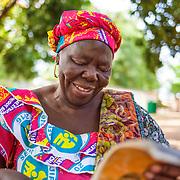 LÉGENDE: Madame Kadidja prépare ses notes pour la réunion des parents. LIEU: Centre Social Jardin d'enfants, Sarh, Tchad. PERSONNE(S): Kadidja Kossi, Directrice adjointe du centre social Jardin d'enfants.