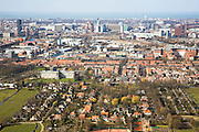 Nederland, Zuid-Holland, Den Haag, 04-03-2008; skyline van het centrum van Den Haag, gezien vanuit zuidoosten met Noordzee en Scheveningen aan de verre horizon, voorgrond villawijkje Park Leeuwenbergh; middenplan: links Laakhavenkwartier en omgeving Hollands spoor (zwart gebouw en water van de haven), midden verschillende ministeries en het stadhuis, rechts de Utrechtsebaan; villa, villa's, ministerie, VROM, BUZA, BIZA, Justitie, Laakkwartier, Utrechtse baan, highrise, kantoorkolos, skyscrapers, wolkenkrabbers, city, verstedelijking, urbanisatie, kantoren, kantoor; skyline center of The Hague, seen from southeast with North Sea and Scheveningen at the distant horizon; foreground Villa Park Leeuwenbergh; middle plan: left Laakhaven Quarter middle various ministries and the town hall, right Utrechtsebaan; villas, villas, Ministry, VROM, advice, BIZA, Justice, Laak Quarter, Utrecht lane, high rise, office colossus, skyscrapers, skyscrapers, city, urbanization, urbanization, offices, office; .   .luchtfoto (toeslag); aerial photo (additional fee required); .foto Siebe Swart / photo Siebe Swart