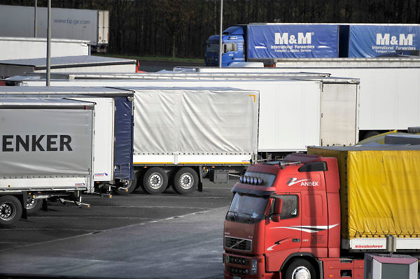 Nederland, A1, Losser, 24-1-2012Op een parkeerplaats aan de grens staan verschillende vrachtwagens uit diverse landen van Europa, met vooral chauffeurs uit Polen en andere oost europese landen. De chauffeurs nemen hun verplichte rusttijd, of melden zich bij het kantoor van de douane om hun papieren van de lading te laten zien.In a parking lot are several trucks from various countries of Europe, especially from the new countries, eastern europe. The riders take their mandatory rest period.Foto: Flip Franssen/Hollandse Hoogte