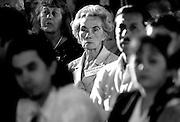 &copy;Javier Calvelo/ URUGUAY/ MONTEVIDEO/ Atrio del BPS/ Despiden en Uruguay a brigada m&eacute;dica cubana/  La brigada m&eacute;dica cubana que cumple en Uruguay la misi&oacute;n Milagro fue despedida este viernes en un acto al que asistieron cientos de beneficiarios de ese programa y los titulares de varios ministerios que le brindaron apoyo.<br /> Son 28 oftalm&oacute;logos, m&eacute;dicos, ingenieros y t&eacute;cnicos del colectivo, cuya labor permiti&oacute; que casi seis mil ciudadanos de escasos recursos recuperaran o mejoraran el sentido de la visi&oacute;n.<br /> Participaron: Yamand&uacute; Berm&uacute;dez, director del Hospital de Ojos.<br /> la ministra de Desarrollo Social, Marina Arismendi.<br /> la ministra de Salud P&uacute;blica, Mar&iacute;a Julia Mu&ntilde;oz.<br /> el ministro de Transporte y Obras P&uacute;blicas, V&iacute;ctor Rossi.<br /> Daniel Gestido, director interino de la Administraci&oacute;n de Servicios de Salud del Estado.<br /> el presidente del Banco de Previsi&oacute;n Social, Ernesto Munro.<br /> Marielena Ruiz Capote, embajadora de Cuba en Uruguay<br /> En adelante el hospital se denominar&aacute; Centro Oftalmol&oacute;gico Jos&eacute; Mart&iacute;. Los integrantes de la brigada cubana recibieron placas de reconocimiento de parte de la Asociaci&oacute;n de Jubilados y Pensionistas de Uruguay, una buena parte de cuyos miembros con afecciones de la vista, pas&oacute; -como dijo uno de sus dirigentes- de la sombra a la claridad, de la resignaci&oacute;n a la alegr&iacute;a.<br /> 2008-12-05 dia viernes<br /> foto: Javier Calvelo.