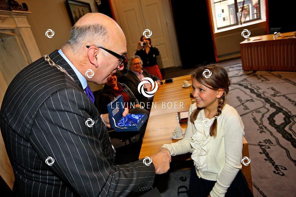 ZALTBOMMEL - Kinderen konden meedoen aan een prijsvraag rond het Weihnachts Oratorium in december. Burgemeester Albert van den Bosch en dirigent Arie Hoek reiken de prijzen uit. FOTO LEVIN DEN BOER - PERSFOTO.NU