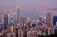 Chine, Hong Kong, vue générale de Hong Kong depuis la colline de Victoria Peak // China, Hong-Kong, Skyline of Hong Kong Island and Kowloon from Victoria Peak