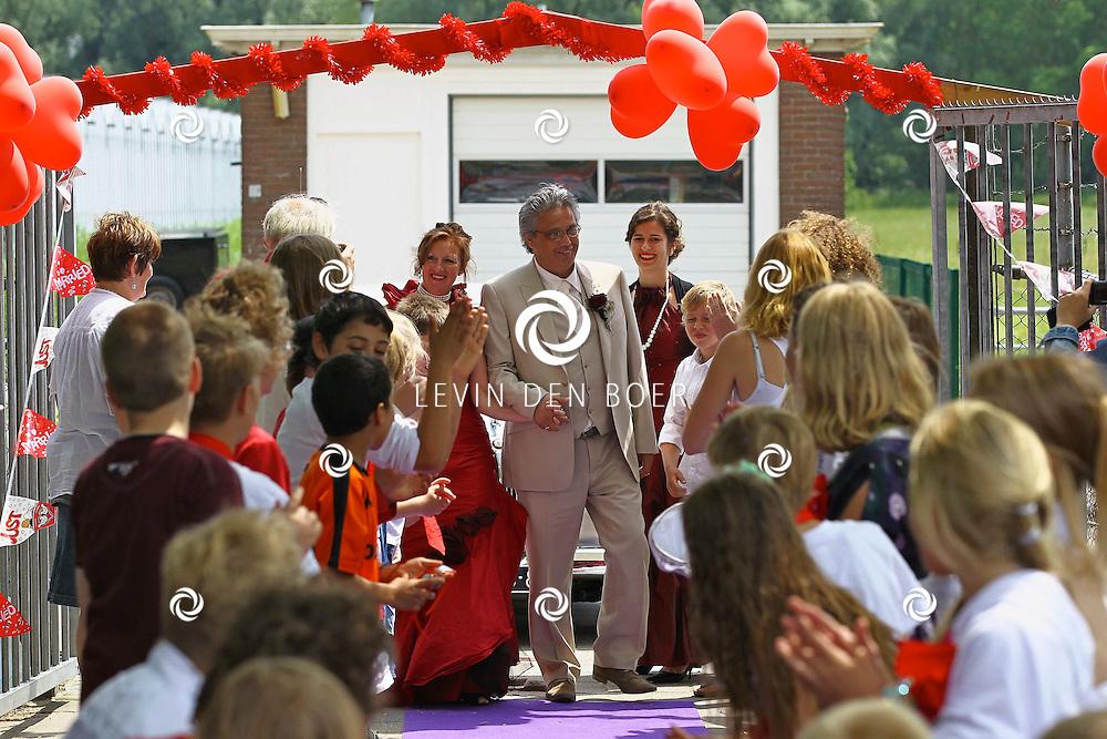 VARIK - De juf van Burgemeester Westerbeek van Eertenschool ging vandaag trouwen. Enkele leerlingen mochten mee deze dag maar ze kwam ook nog even een bezoekje aan de school brengen met haar kersverse man. FOTO LEVIN DEN BOER - PERSFOTO.NU