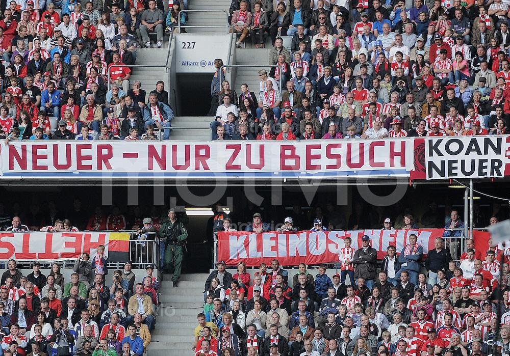 Fussball 1. Bundesliga :  Saison   2010/2011   32. Spieltag   30.04.2011 FC Bayern Muenchen - FC Schalke 04 FCB Fans mit einem Plakat;  Neuer - nur zu Besuch! Koan Neuer