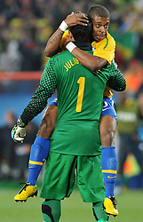 28.06.2010, Ellis Park Stadium, Johannesburg, RSA, FIFA WM 2010, Brazil (BRA) vs Chile.C (CHI), im Bild Julio Cesar eMichel Bastos (Brasile).. EXPA Pictures © 2010, PhotoCredit: EXPA/ InsideFoto/ Giorgio Perottino +++ for Austria and Slovenia only +++ / SPORTIDA PHOTO AGENCY