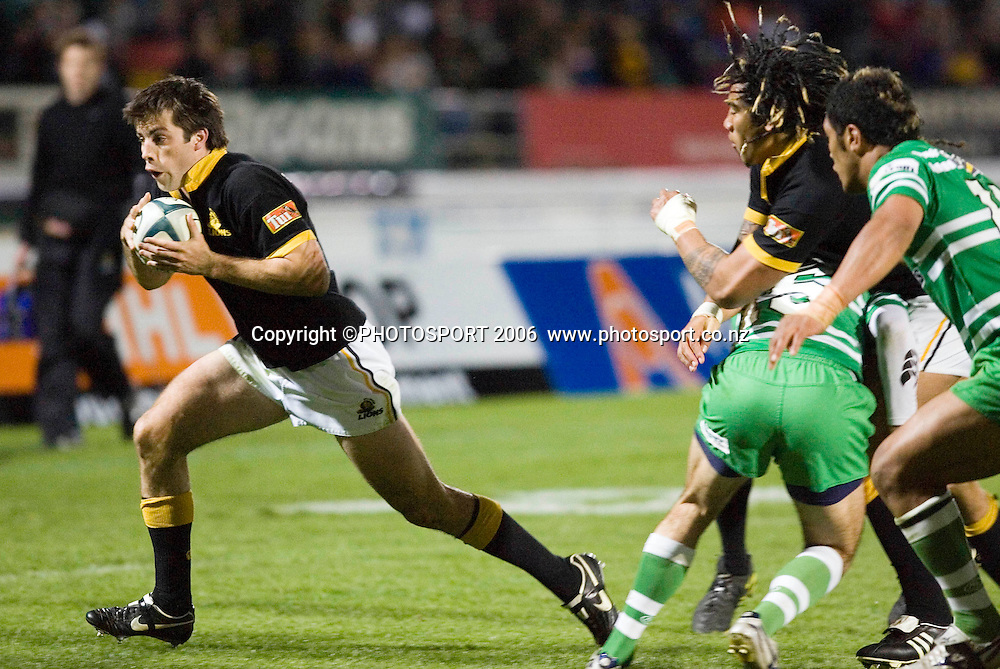 Wellington's Conrad Smith on his way to the game's only try during the Air New Zealand Cup week 6 rugby match between Manawatu and Wellington at FMG Stadium, Palmerston North, on Saturday 2 September 2006. Wellington won 11-3.  Photo: Aaron Smale/PHOTOSPORT<br /> <br /> <br /> 020906 npc nz union