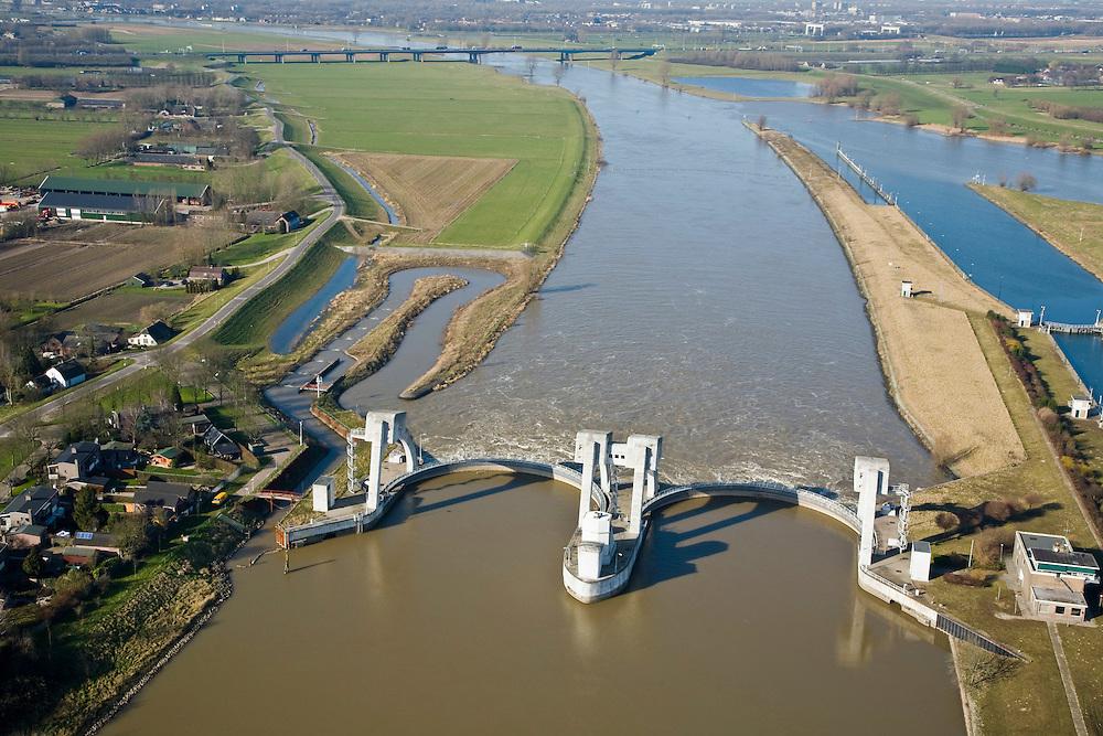 Nederland, Zuid-Holland, Hagestein, 11-02-2008; stuw in de rivier de Lek, in de achtergrond de brug in de A27 bij Vianen; links de zigzag gevormde vistrap (of vispassage) waardoor vissen de gesloten stuw stroomopwaarts kunnen passeren; stuw dient om waterpeil in de rivier te reguleren; de vizierschuif van de stuw is gesloten, hierdoor is er verschil in waterhoogte, dit verval wordt gebruikt om een waterkrachtturbine aan te drijven; vizier schuif; ..luchtfoto (toeslag); aerial photo (additional fee required); .foto Siebe Swart / photo Siebe Swart