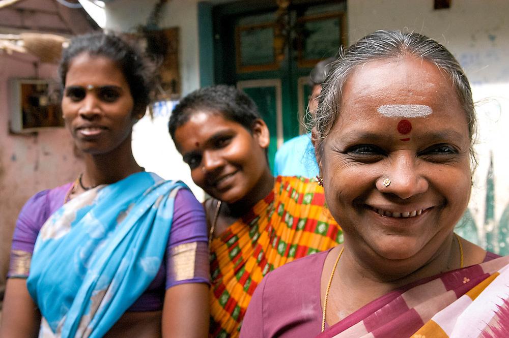 INDE<br /> Femmes d'un quartier d'Intouchables &agrave; Chennai. Au premier l'animatrice de l'association  locale de d&eacute;fense des droits des Intouchables.