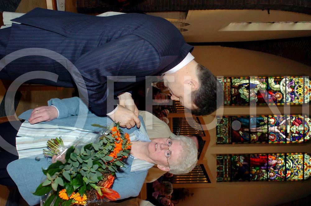 060219,dalfsen,nederland,<br /> ria sanders(r) ontvangt willibrorduspenning, ze is 40 hulp van de pastoor,<br /> Fotografie Frank Uijlenbroek&copy;2005sanderuijlenbroek
