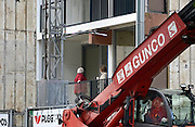 Nederland, Nijmegen, 16-9-2013Flats, maisonnettes uit de jaren 70, worden gerenoveerd door woningbouwvereniging Talis. Het werk wordt uitgevoerd terwijl de bewoners in hun huis blijven. De beplating aan de buitenkant wordt vervangen en eigentijds, en de puien krijgen dubbel glas.De wijk Weezenhof ligt in het stadsdeel Dukenburg, wat een typische stadsuitbreiding was eind jaren 60, begin jaren 70. Hoogbouw gecombineerd met laagbouw.Foto: Flip Franssen/Hollandse Hoogte