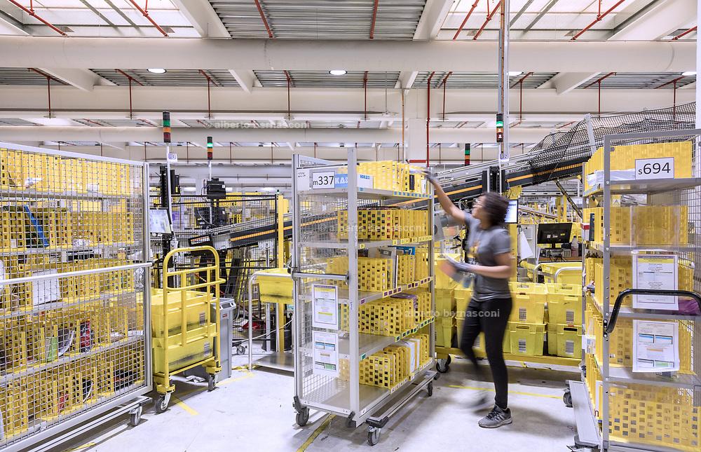 Piacenza, Castel San Giovanni, Amazon logistic center, Processo di Rebin: permette di ricompattare gli ordini multipli effettuati dai singoli clienti, in modo tale da ottimizzare l'impacchettamento