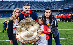 15.05.2016, Red Bull Arena, Salzburg, AUT, 1. FBL, FC Red Bull Salzburg, Meisterfeier, im Bild Trainer Oscar Garcia (Red Bull Salzburg) mit Meisterteller und Familie // Trainer Oscar Garcia (Red Bull Salzburg) with Family and Trophy during the FC Red Bull Salzburg Champions Party of Austrian Football Bundesliga at the Red Bull Arena, Salzburg, Austria on 2016/05/15. EXPA Pictures © 2016, PhotoCredit: EXPA/ JFK