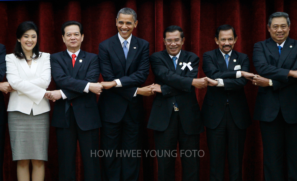epa03477855 (L-R) Thailand's Prime Minister Yingluck Shinawatra, Vietnam's Prime Minister Nguyen Tan Dung, US President Barack Obama, Cambodia's Prime Minister Hun Sen, Brunei's Sultan Hassanal Bolkiah, and Indonesia's President Susilo BambangYudhoyono, join hands for a group photo at the 4th ASEAN-US Leaders' Meeting in Phnom Penh, Cambodia, 19 November 2012. Cambodia host the 21st Association of South East Asian Nations (ASEAN) summit from 15-20 November 2012.  EPA/HOW HWEE YOUNG