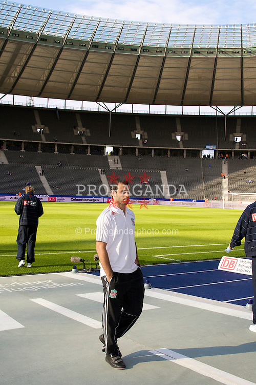 BERLIN, GERMANY - Tuesday, July 22, 2008: Liverpool's Javier Mascherano takes a look at the Olympiastadion pitch before a pre-season friendly match against Hertha BSC Berlin at the Olympiastadion. (Photo by David Rawcliffe/Propaganda)