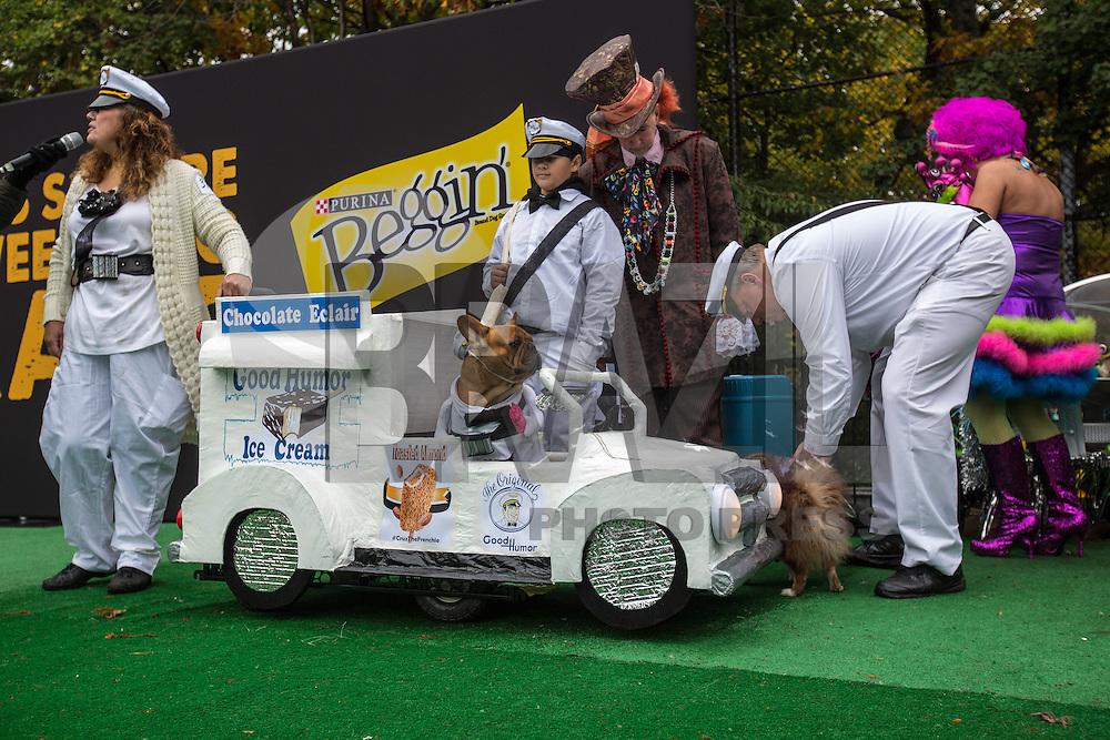NEW YORK, NY, 22.10.2016 - PARADA-CACHORROS - 26º Parada de Halloween para Cachorros do Parque Tompkins Square em New York neste sábado, 22. Centenas de cachorros fantasiados participaram do evento. (Foto: Vanessa Carvalho/Brazil Photo Press)
