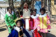 Op de set van DE CLUB VAN SINTERKLAAS &amp; GEBLAF OP DE PAKJESBOOT is de vijfde film waarin Sinterklaas en de bekendste Pieten van Nederland; Testpiet, Coole Piet, Muziekpiet, Profpiet, Hoge Hoogte Piet, Keukenpiet en Danspiet een spannend avontuur beleven. <br /> <br /> Op de foto:  v.l.n.r. Job Bovelander, Tim de Zwart, Wilbert Gieske als Sinterklaas , Beryl van Praag en Anouk de Pater