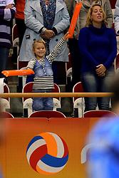 02-10-2013 VOLLEYBAL: WK KWALIFICATIE MANNEN WIT RUSLAND / NEDERLAND: ALMERE<br /> Oranje support tijdens het volkslied<br /> ©2013-FotoHoogendoorn.nl