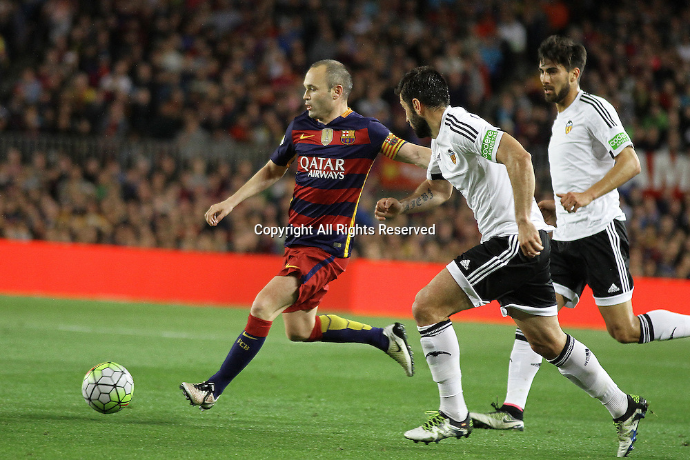 17.04.2016. Nou Camp, Barcelona, Spain. La Liga. Barcelona versus Valencia. Iniesta in crossing action during the match