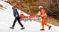 THEMENBILD - Mitglieder des Notarzthubschraubers Martin 1 (OE-XMM, MD Helicopters Explorer 902), mit einer Rettungsbahre während eines Rettungseinsatzes am Zwölferkogel in Hinterglemm, Oesterreich, aufgenommen am 28. Maerz 2017 // Member of the Martin 1 (OE-XMM, MD Helicopters Explorer 902) Emergency Medical Helicopter Crew with a Rescue stretcher during a emergency operation at the Zwoelferkogel Ski Resort in Hinterglemm, Austria on 2017/03/28. EXPA Pictures © 2017, PhotoCredit: EXPA/ JFK