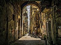 Quartieri Spagnoli - Quartier Espagnol<br /> <br /> Naples fut d'abord fondee au cours du viie&nbsp;siecle avant notre ere sous le nom de Parthenope par la colonie grecque de Cumes. <br /> Ce premier etablissement fut appele Palaiopolis (la ville ancienne). <br /> Lorsqu'une seconde ville fut fondee vers 500 avant notre ere par de nouveaux colons, cette nouvelle fondation fut appelee Neapolis (nouvelle ville).<br /> Alliee de Rome au ive&nbsp;siecle av.&nbsp;J.-C., la ville conserve longtemps sa culture grecque et restera la ville la plus peuplee de la botte italique et sans aucun doute sa veritable capitale culturelle.<br /> Elle rempla&ccedil;a Capoue comme capitale de la Campanie apres la bataille de Zama, a la suite de la confiscation de citoyennete et des territoires de cette derniere, par son alliance avec Hannibal avant la bataille de Cannes.<br /> Naples possede ainsi l'une des plus grandes concentrations au monde de ressources culturelles et de monuments historiques, jalonnant 2800 ans d'histoire. <br /> Dans le centre historique, inscrit sur la liste du patrimoine mondial de l'Unesco, se rencontrent notamment 448 eglises historiques ainsi que d'innombrables palais historiques, fontaines, vestiges antiques, villas, residences royales.