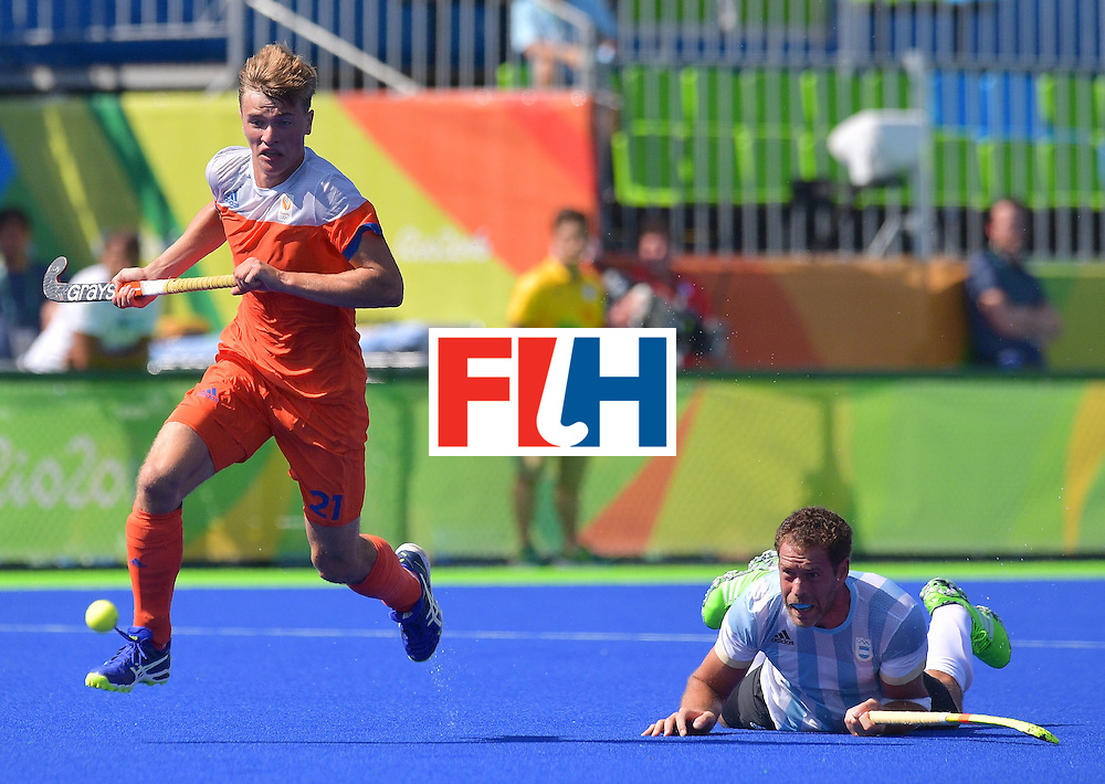 Netherland's Jorrit Croon (L) jumps over Argentina's Juan Gilardi during the men's field hockey Argentina vs Netherlands match in the Rio 2016 Olympics Games on August, 6 2016 at the Olympic Hockey Centre in Rio. / AFP / Carl DE SOUZA        (Photo credit should read CARL DE SOUZA/AFP/Getty Images)