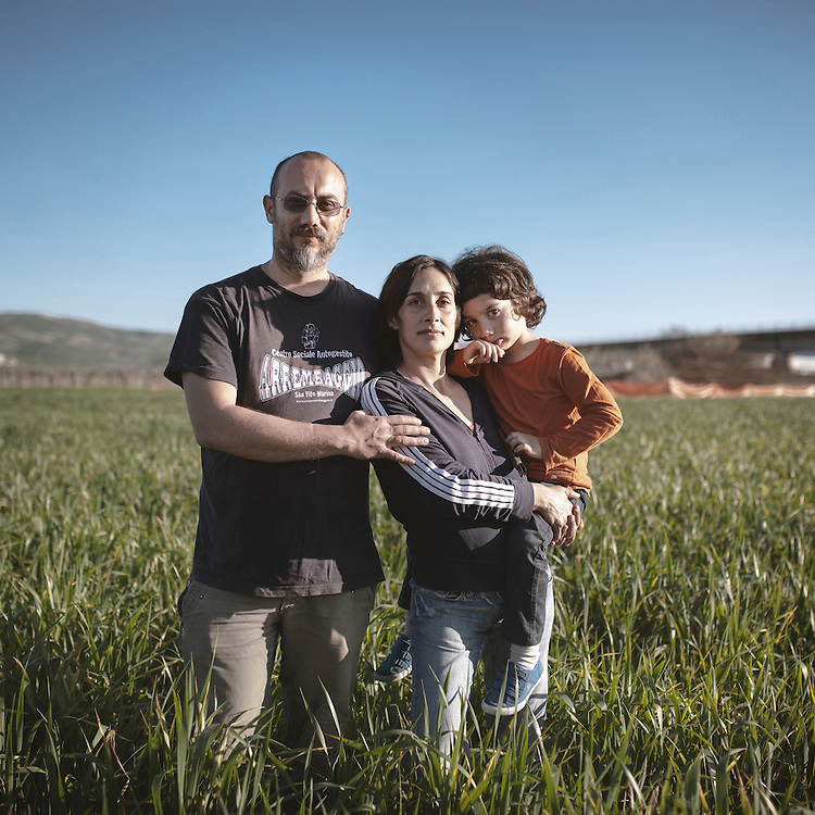 SIlvia and Luca had decided to leave the chaos of Rome to raise their child, Libero, in the unspoiled nature. They have reinvented their lives to chase this dream but right after moving in, a few months after the brth of their son, they found out that a 70 meters high transmission tower would be built within 50 meters from their house.<br /> Atessa (CH)