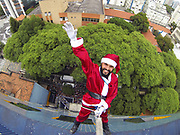 Quinta-feira (19/12/2013) - Zaka Ventura de 34 anos se vestiu de Papai Noel desceu de rapel os 11 andares do prédio do hospital do GRAACC. Todos os pacientes e a comunidade virão a chegada inusitada do Papai Noel, que após a descida, entregou presentes e Brinquedos - Foto Marcelo D'Sants/Frame.