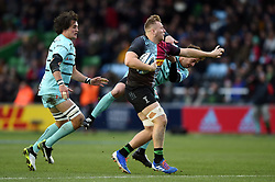 Alex Dombrandt of Harlequins fends Danny Cipriani of Gloucester Rugby - Mandatory byline: Patrick Khachfe/JMP - 07966 386802 - 01/12/2019 - RUGBY UNION - The Twickenham Stoop - London, England - Harlequins v Gloucester Rugby - Gallagher Premiership