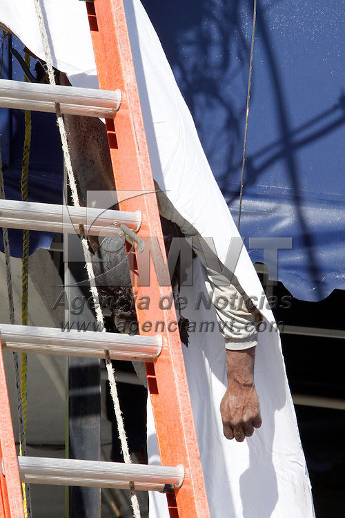 """TOLUCA, México.- Un trabajador murió electrocutado cuando cambiaba un poste de luz en la esquina de las calles Independencia y Papaloapan en Santa Cruz Azcapotzaltongo; debido a que en el cableado del poste había una madeja de """"diablitos"""" se atribuye que al retirarlos se produjo una descarga eléctrica que lo alcanzó. Agencia MVT / Crisanta Espinosa. (DIGITAL)"""