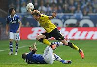 FUSSBALL   1. BUNDESLIGA   SAISON 2011/2012   31. SPIELTAG FC Schalke 04 - Borussia Dortmund                      14.04.2012 Kevin Grosskreutz (Borussia Dortmund) gegen Jefferson Farfan (am Boden, FC Schalke 04)