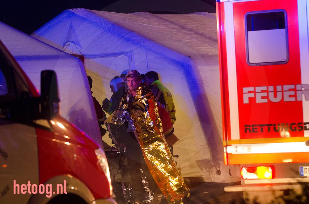 Duitsland deutschland Heek 18nov 2011 foto Cees Elzenga. Bij een groot ongeval op de snelweg A31, vlak over de grens bij Gronau, zijn zeker drie dodelijke slachtoffers gevallen en vier tot zes zwaargewonden. Twintig tot dertig mensen zijn lichtgewond geraakt..foto 1 van 2..Volgens de Duitse politie gebeurde het ongeluk vrijdagavond rond kwart over zeven. In dichte mist botsten meer dan dertig auto's op elkaar. Op de snelweg is het een chaos. Hulpdiensten uit de wijde regio zijn opgeroepen om te assisteren, maar door de mist kostte het veel moeite om de plek van het ongeluk te bereiken. Slachtoffers worden onder meer naar het ziekenhuis Medisch Spectrum Twente in Enschede gebracht, waar extra personeel is opgeroepen. De snelweg is in beide richtingen afgesloten.