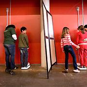 """Nederland Rotterdam 8 oktober 2008 Foto: David Rozing ..Kinderen worden gewogen tijdens Vaccinatiedag in Ahoy.. Vaccinatiedag AHOY in teken van overgewicht en opvoeden.Vandaag werden in AHOY Rotterdam zo'n 4.000 kinderen uit het Noorden van Rotterdam gevaccineerd tegen de infectieziekten difterie, tetanus en polio (DTP) en bof, mazelen en rode Hond (BMR). Na de vaccinaties kunnen ouders gebruik maken van advies van een diëtist en van een pedagoog..Twee keer per jaar houdt de GGD Rotterdam-Rijnmond een grote vaccinatiedag voor 9-jarigen. Op 8 oktober krijgen ongeveer 4000 kinderen een vaccinatie tegen ernstige infectieziekten als difterie, tetanus en polio (DTP) en/of bof, mazelen en rode Hond (BMR). Enkele 9-jarigen krijgen ook nog een Hibvaccinatie (tegen Haemophilus influenzae type b). Er worden ook zo'n 500 kinderen gevaccineerd die zich pas in Rotterdam hebben gevestigd. Voor deze kinderen moet soms het buitenlandse schema worden ingepast in het Nederlandse Rijksvaccinatieprogramma (RVP).""""??Meten, wegen en opvoedingsadvies??De GGD grijpt de vaccinatiedag aan om méér te doen dan de bescherming tegen infectieziekten. De kinderen kunnen na de twee prikken meteen doorlopen voor het bepalen van hun lengte en gewicht. Er zijn diëtisten aanwezig, zodat ouders en kinderen zich kunnen laten adviseren over gezonde voeding en beweging. En als ouders vragen hebben over de opvoeding van hun kind kunnen zij deze ter plekke stellen aan één van de veertien aanwezige pedagogen. ??Activiteiten voor kinderen over ontbijten??Er zijn allerlei activiteiten te doen in het teken van ontbijten. Een diëtist maakt samen met kinderen gezonde ontbijtjes. Er is een muzikale theatervoorstelling over het belang van ontbijten. Op een groot scherm wordt een filmpje vertoond en met een ontbijtquiz zijn drie fietsen te winnen. Alle kinderen krijgen een attentie mee naar huis.??Actieprogramma Voeding en beweging??De GGD houdt deze voedings- en bewegingsactiviteiten in het kader van het actieprogram"""